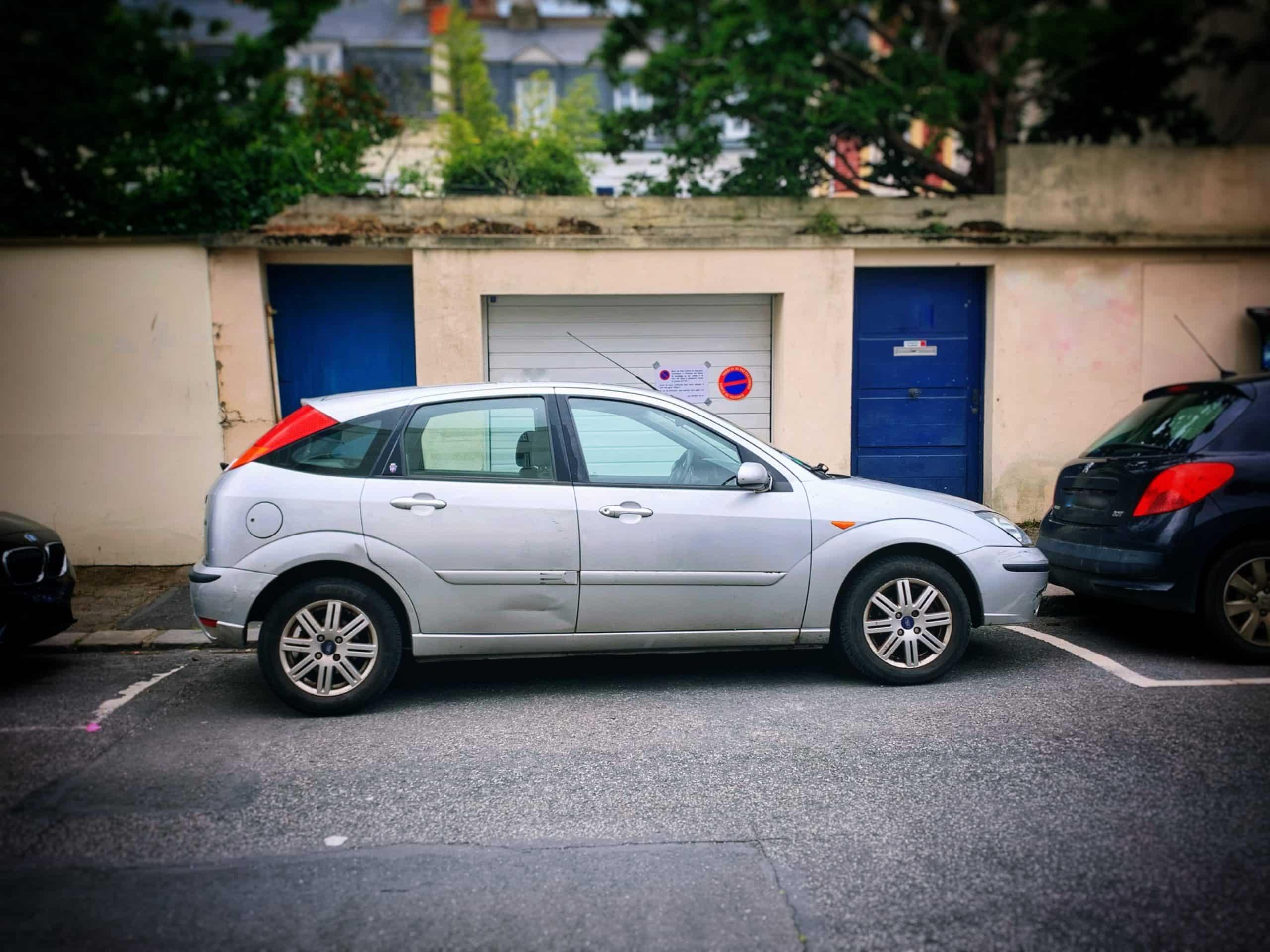 Est-il interdit de stationner devant une maison ?